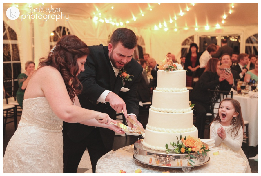 cake cutting wedding photos at zukas